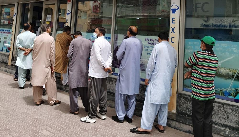 بالصور: التجمع لأكثر من 5 ينتقل من داخل البنك لحرمه