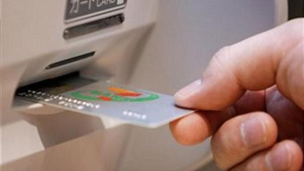 القبض على مشتبه بسرقته 18 ألف دينار وبطاقات بنكية