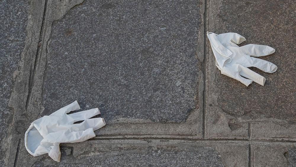 غرامة مالية لالقاء الكمامة بالشارع في إيطاليا