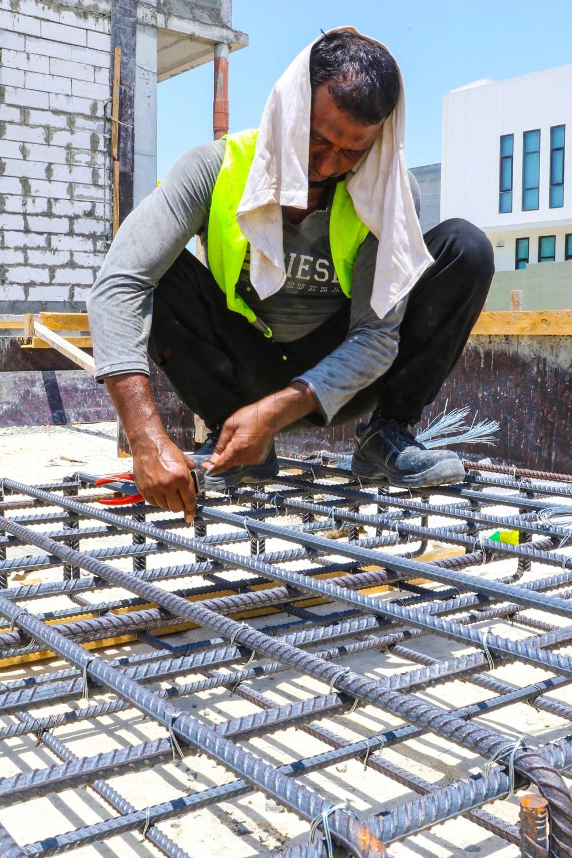 """بالصور: عمال البناء بـ """"القنطراز"""" يهملون اشتراطات السلامة"""
