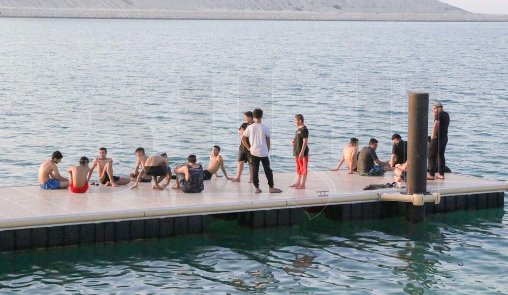 بالصور: ساحل مدينة سلمان.. بحر هواة السباحة والتجديف