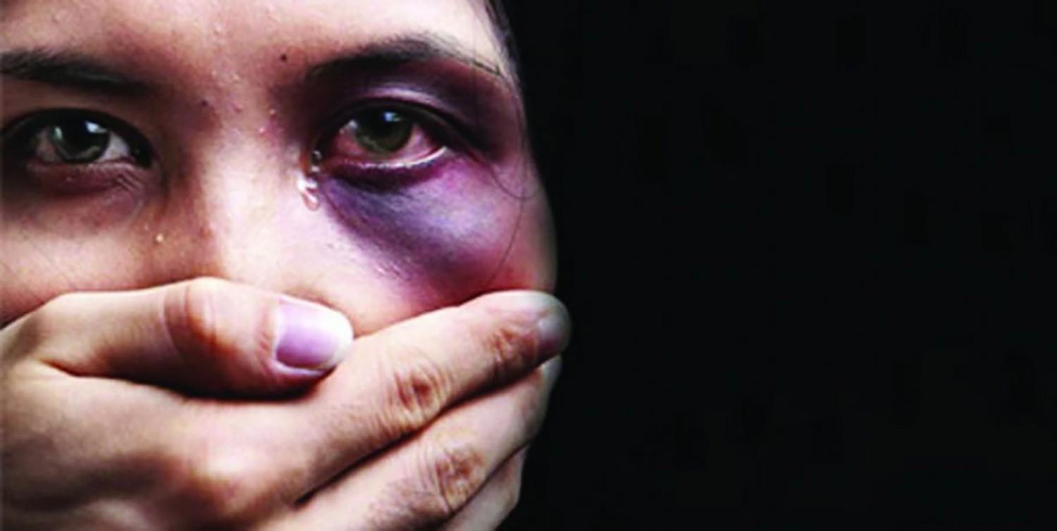 شاب يعتدي بالضرب على فتاتين غادرتا مطعما بضاحية السيف