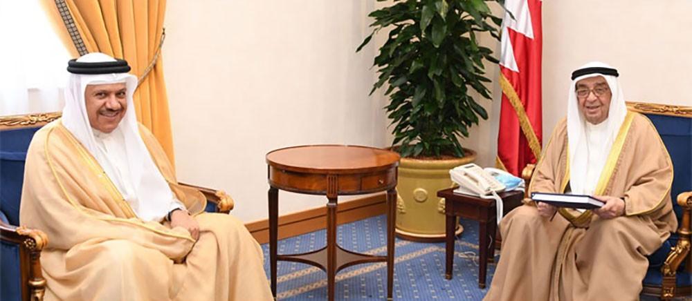 محمد بن مبارك يتسلم (دليل السياسات والإجراءات لوزارة الخارجية)