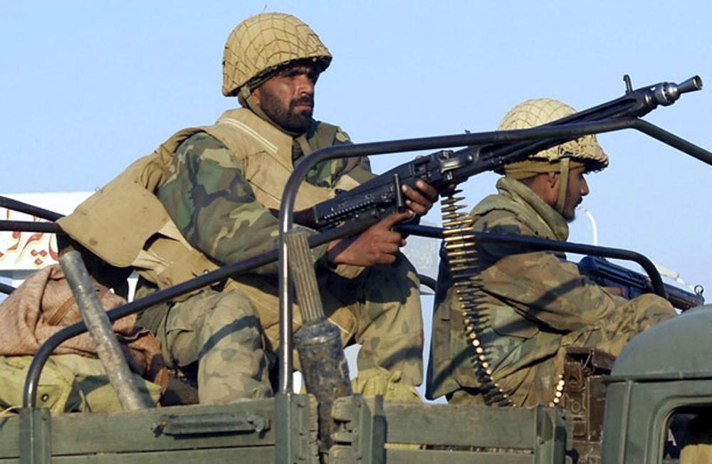 مقتل 10 متمردين وجنديين باكستانيين