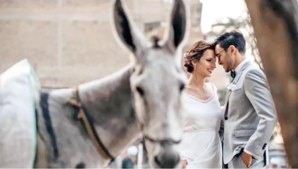 """عروسان يبهران مواقع التواصل بصور """"غير تقليدية"""""""