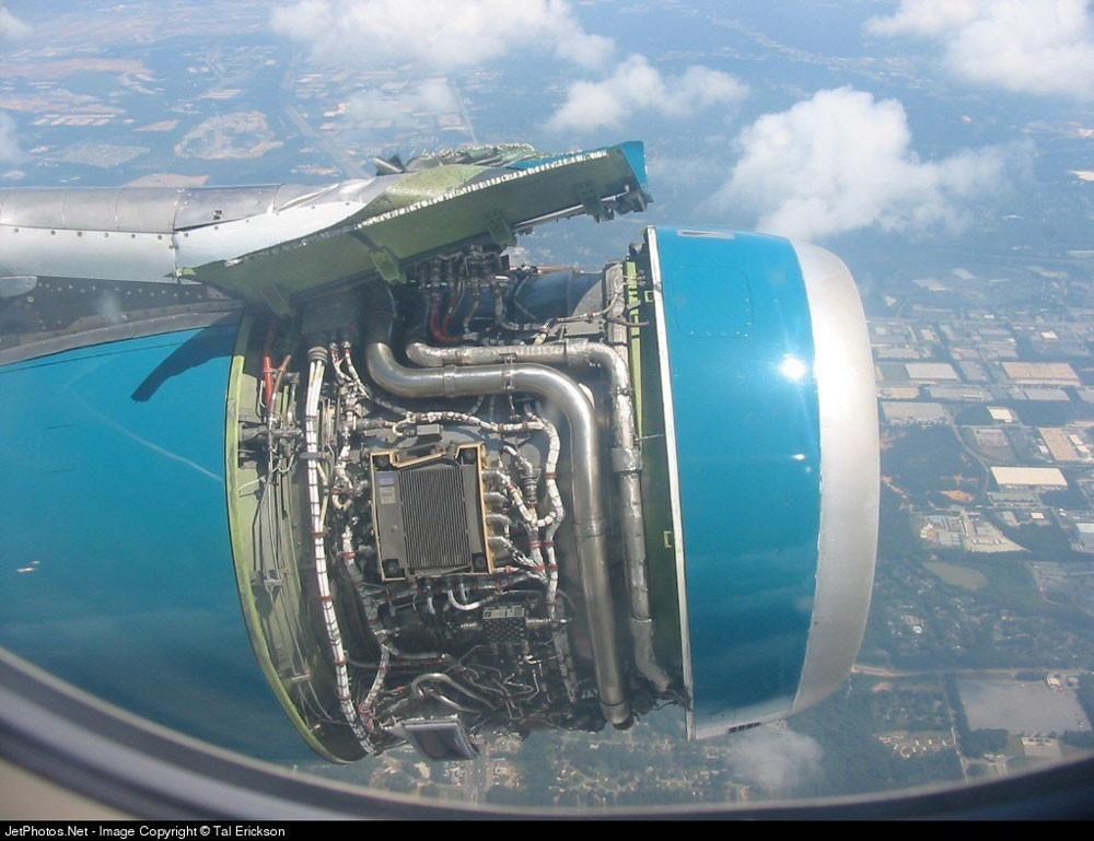 رعب على طائرة انفتحت نافذتها جوًا