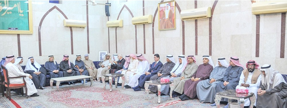 فيصل بن راشد يقدم العزاء لعشيرة السكران