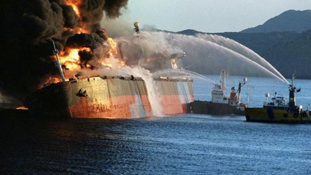 انتشال جثتين من ناقلة النفط الإيرانية المشتعلة
