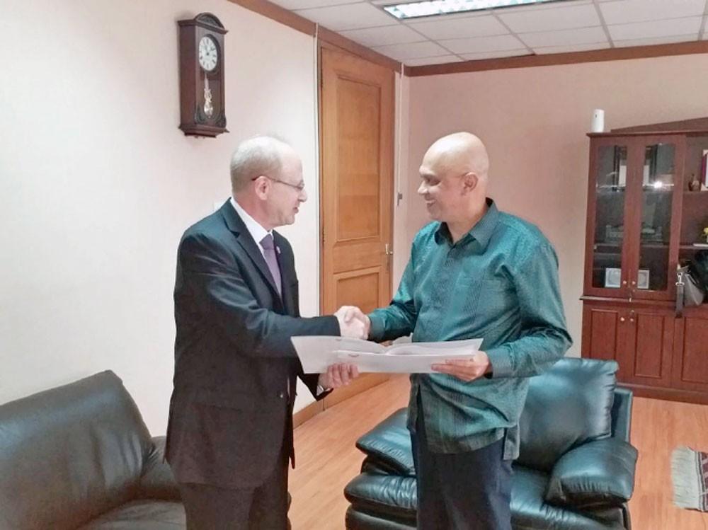 شيخو يقدم أوراق اعتماده سفيرا لدى إندونيسيا