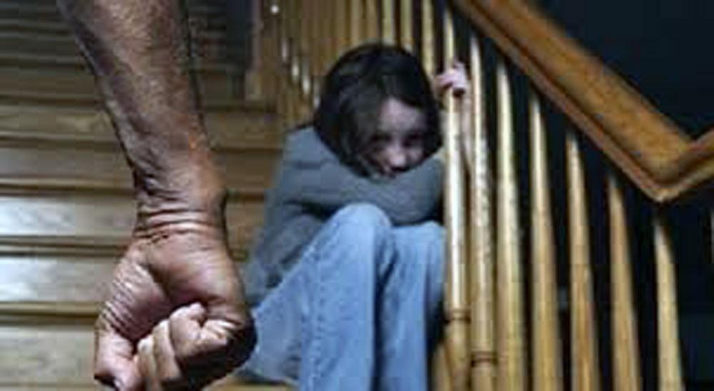 وحش يغتصب ابنتيه التوأم لـ 10 سنوات