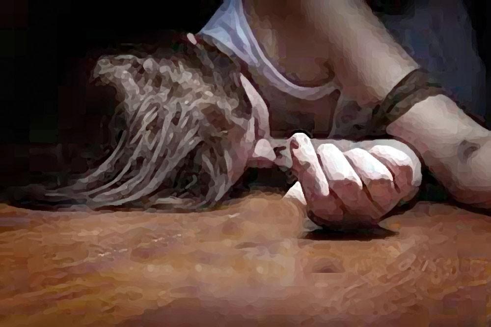 جريمة بشعة... شاب يفقأ عين آسيوية ثم يقتلها