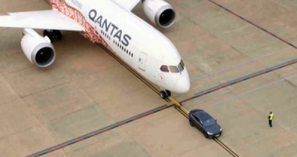 """سيارة كهربائية تتحدى طائرة وتدخل """"غينيس"""""""
