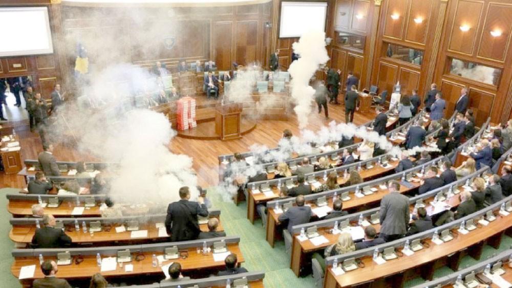 المعارضة بكوسوفو تطلق غازا مسيلا للدموع بالبرلمان