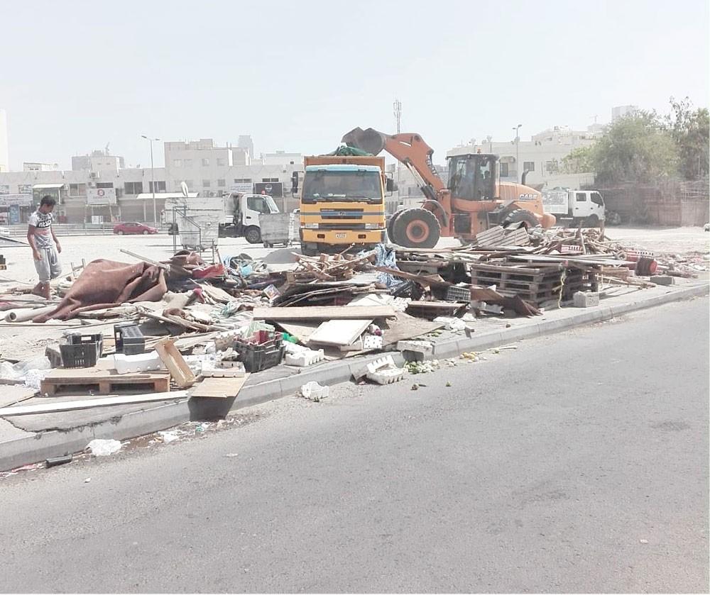 أمانة العاصمة تزيل فرشات في سوق جدحفص