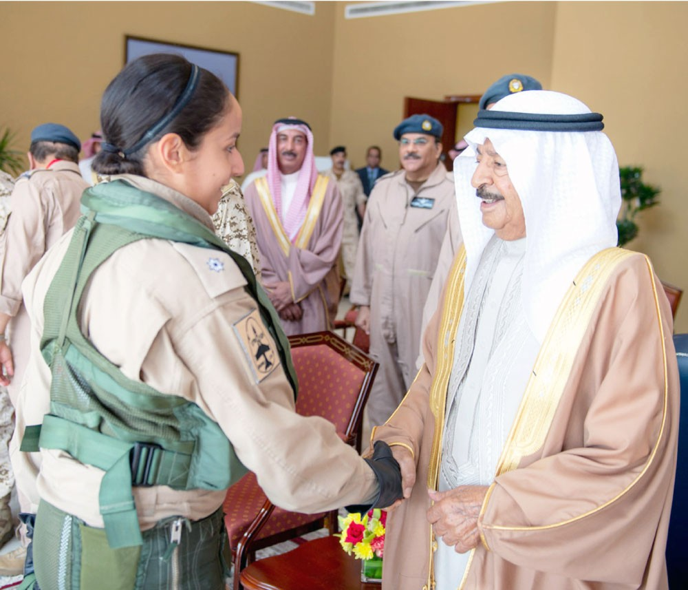 الشيخة عائشة بنت راشد أول بحرينية تقود طائرة حربية