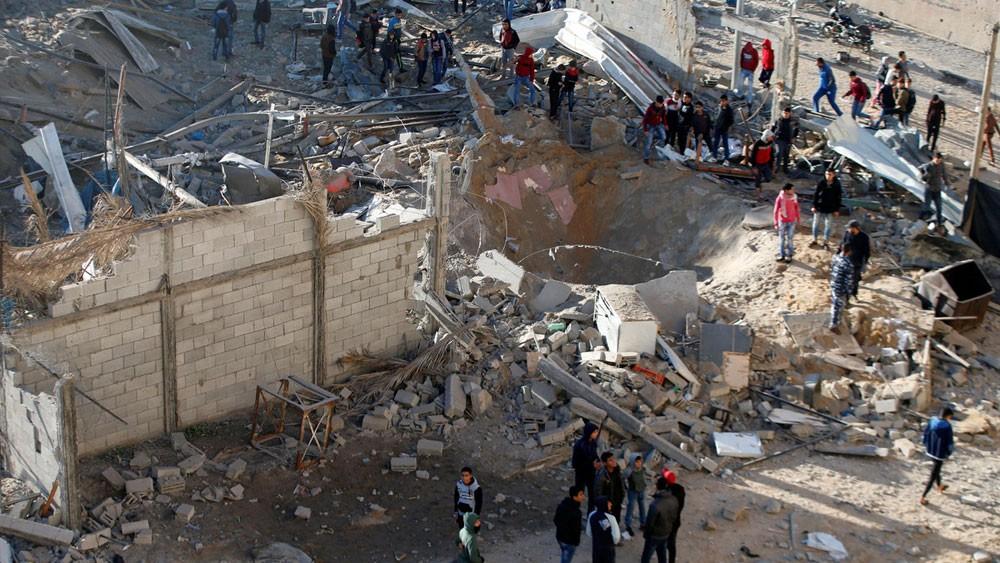 """مقتل شخصين بانفجار """"غامض"""" في غزة"""