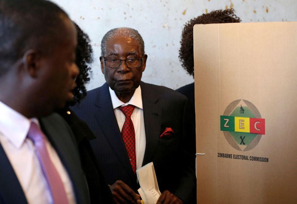 موجابي يصوت في أول انتخابات بعد الإطاحة به