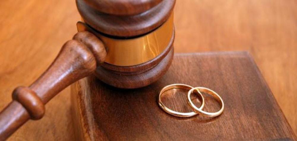تطليق سيدة هرب زوجها لخارج البلاد وورطها بعدد من القضايا