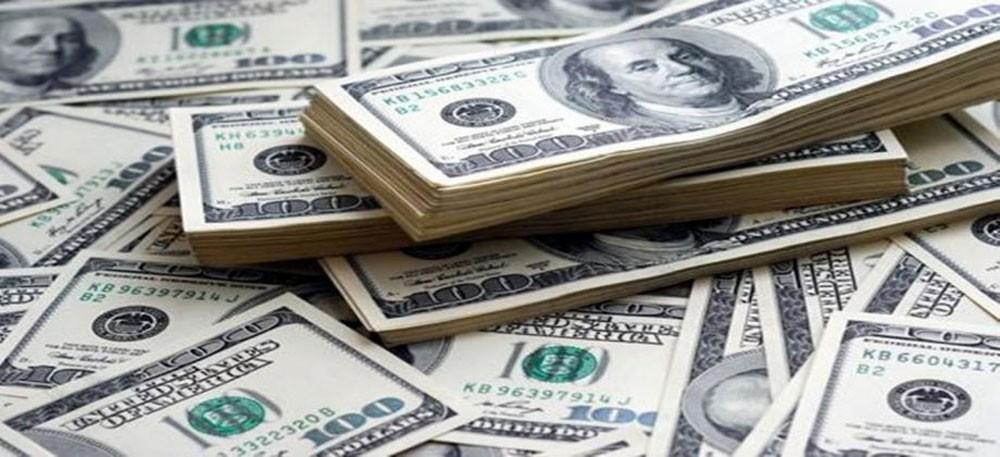 الدولار يرتفع أمام معظم العملات الرئيسة