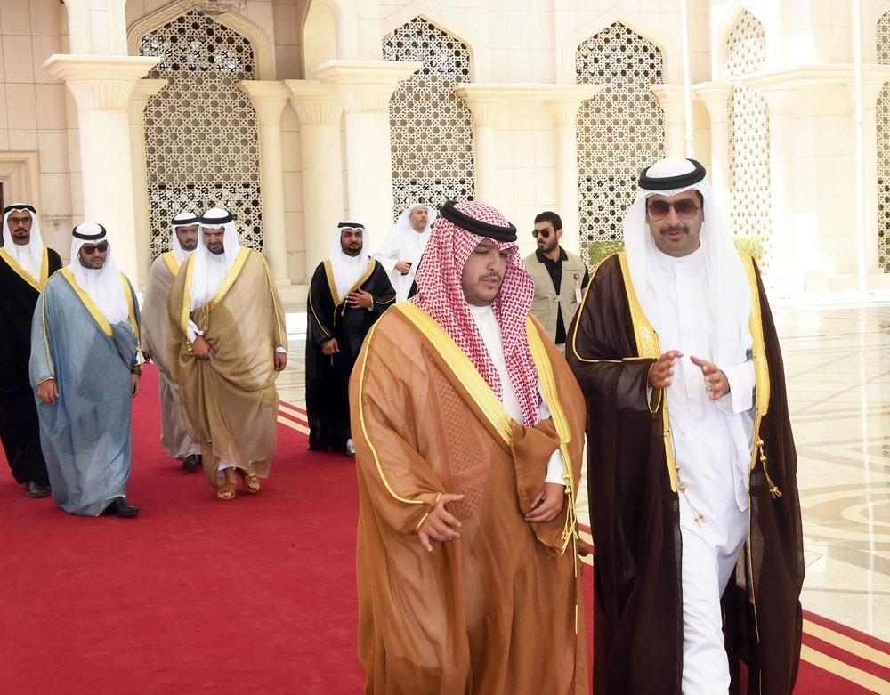 سمو الشيخ خليفة بن علي وسمو الشيخ عيسى بن علي يقدمان العزاء إلى أمير الكويت