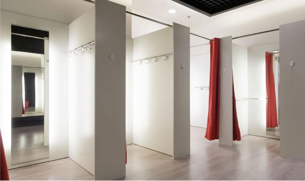 آسيوي يراقب السيدات بغرفة تبديل الملابس في مجمع مشهور