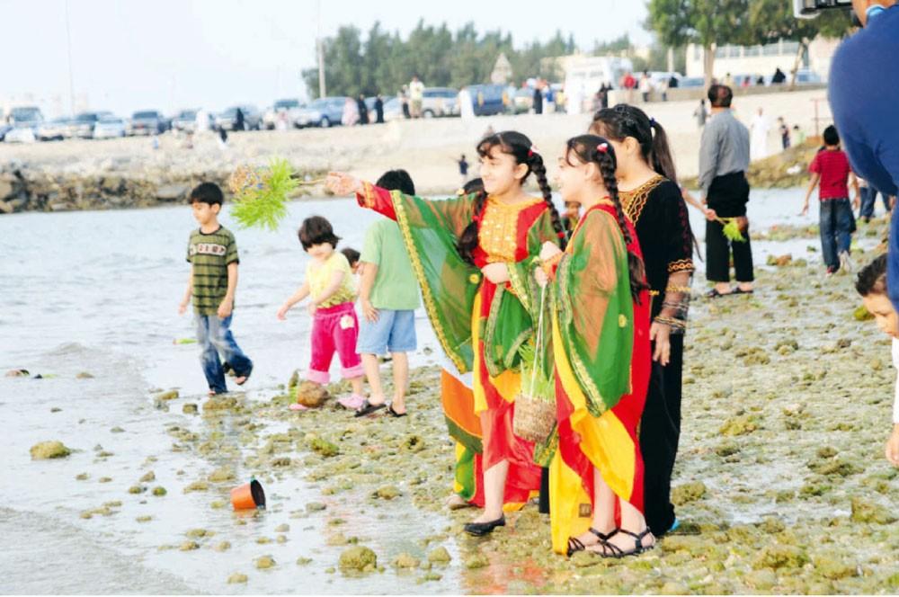 """""""الحية بية"""" في البحرين... الأطفال يرمون أضحيتهم في البحر"""