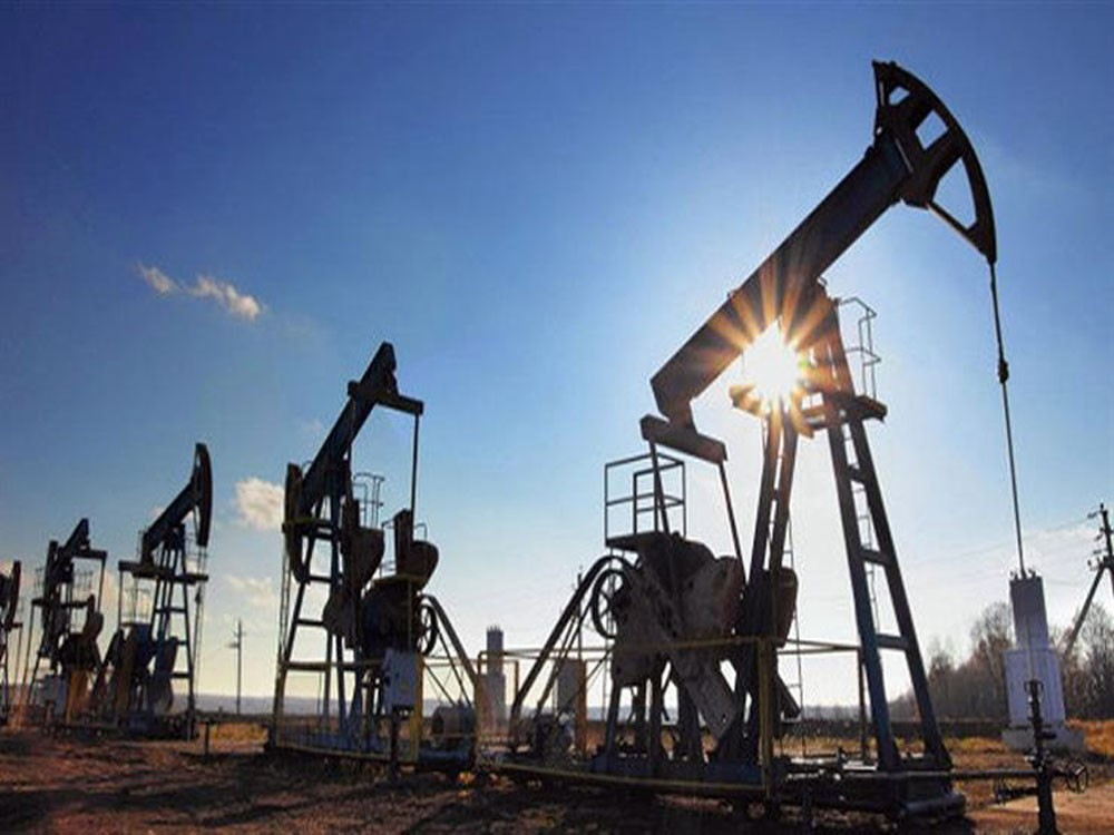 النفط يهبط مع زيادة معروض أميركا