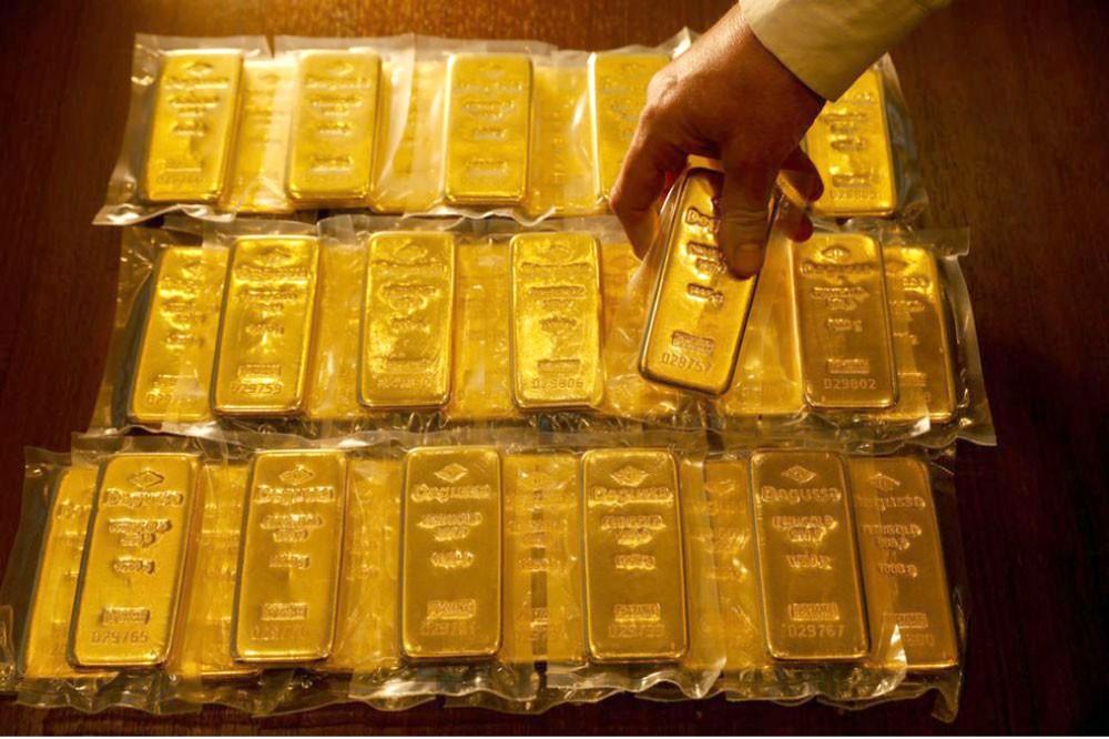 الذهب يرتفع... وتوقعات رفع الفائدة تكبح السوق