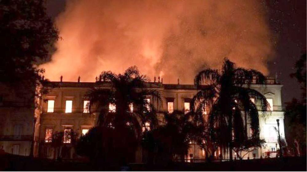 حريق ضخم يلتهم متحف ريو دي جانيرو