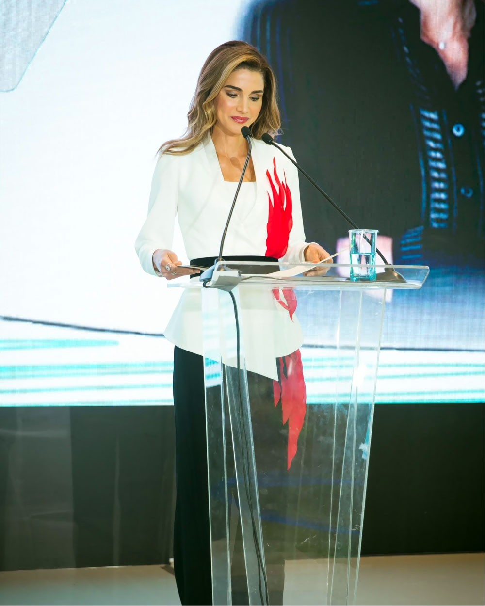 الملكة رانيا تلفت الأنظار في الصين