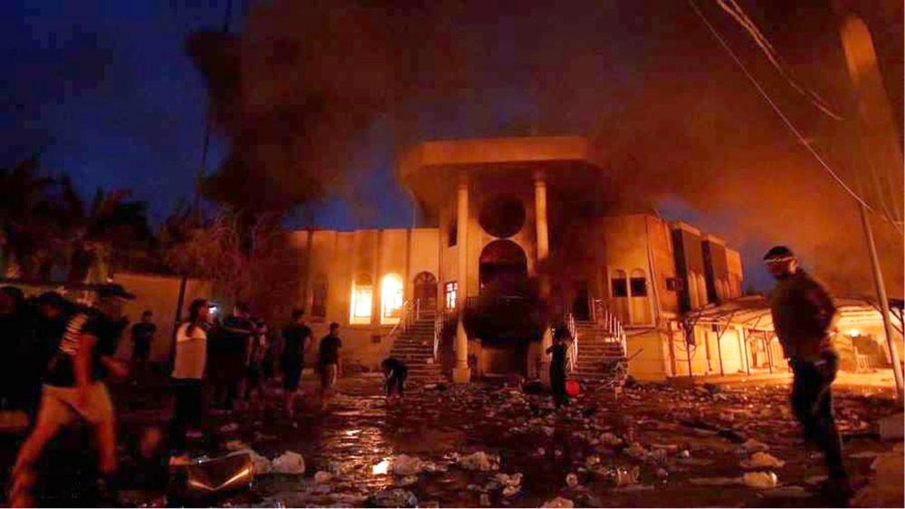 نيران الغضب الشعبي تلتهم القنصلية الإيرانية في البصرة