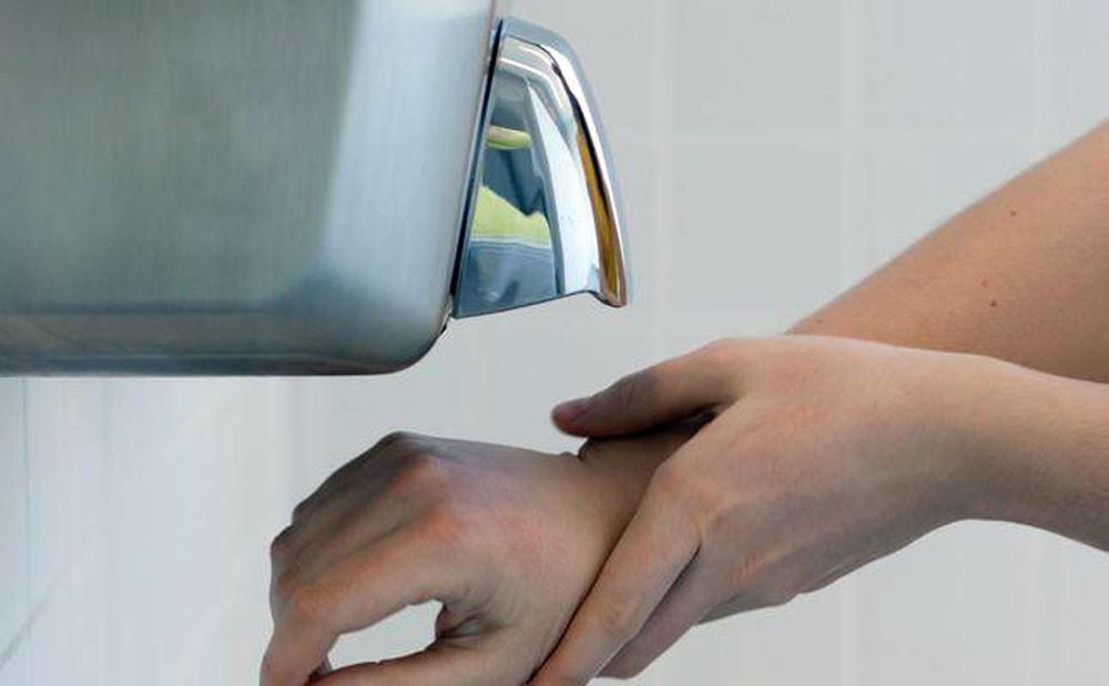 تحذير صادم من مجففات اليدين في المراحيض
