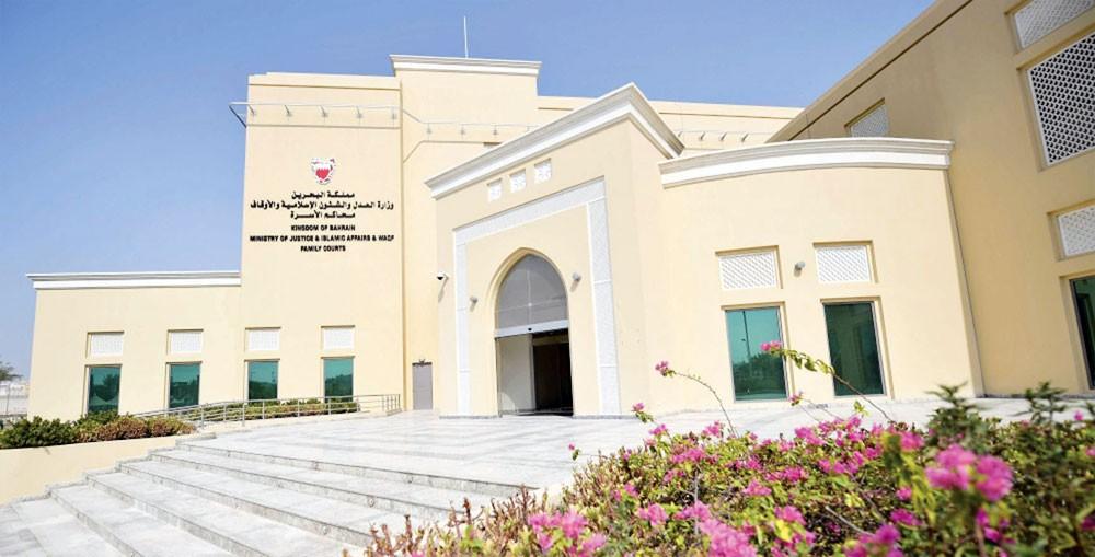 فنان سعودي يطالب بإعادة زوجته البحرينية إلى عصمته
