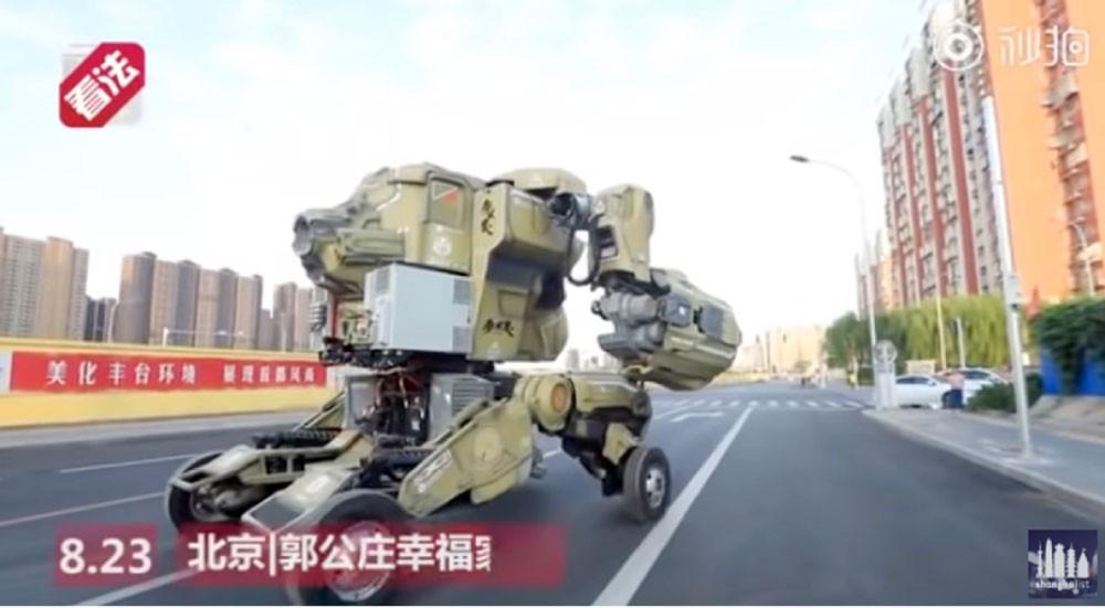 الشرطة توقف روبوتا عملاقا يجوب شوارع الصين