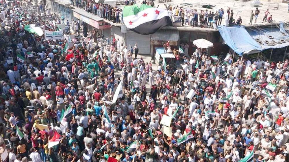 متظاهرون بإدلب: لا تراجع عن ثورتنا حتى إسقاط النظام