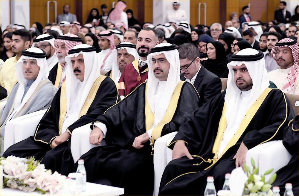 """نيابة عن سمو رئيس الوزراء... سمو الشيخ خليفة بن علي يحضر تخريج 388 طالبا من """"الأهلية"""""""
