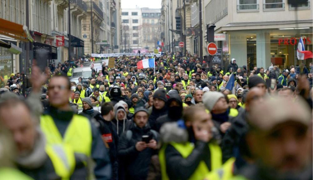 """""""السترات الصفراء"""" يتظاهرون بالآلاف"""