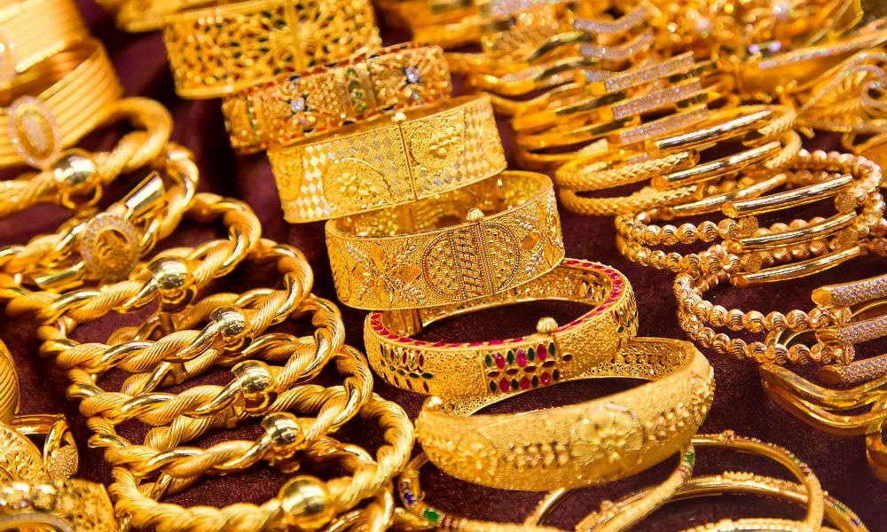 الذهب ينزل مع تعافي الدولار
