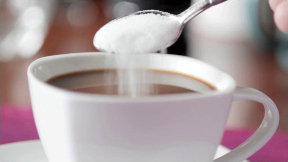 احذروا إضافة السكر إلى القهوة والشاي