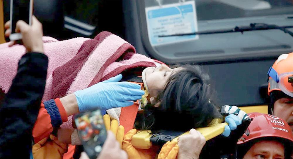 إنقاذ طفلة قضت 19 ساعة تحت الأنقاض