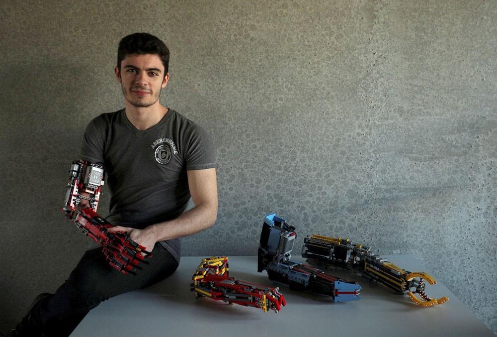 مراهق يصنع لنفسه ذراعا آلية من مكعبات الليجو