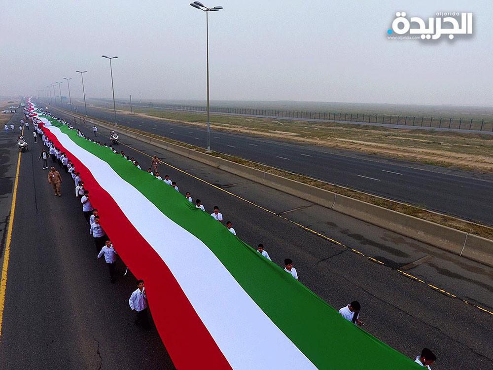 """الكويت تدخل """"غينيس"""" بأطول علم"""