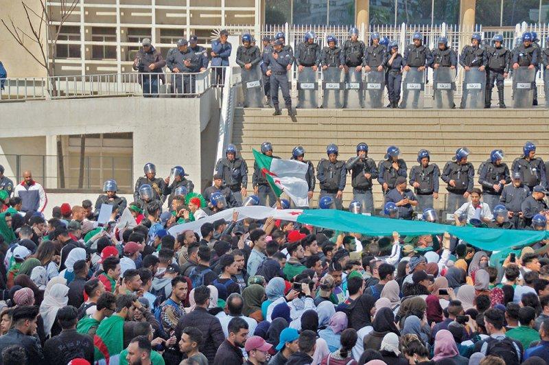 """الجيش الجزائري يحذر من """"سنوات الجمر"""""""