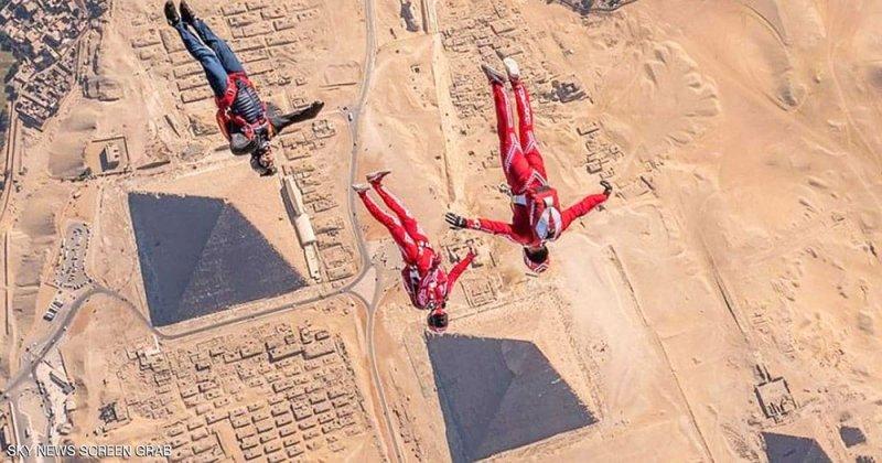 استعراض جريء فوق أهرامات مصر
