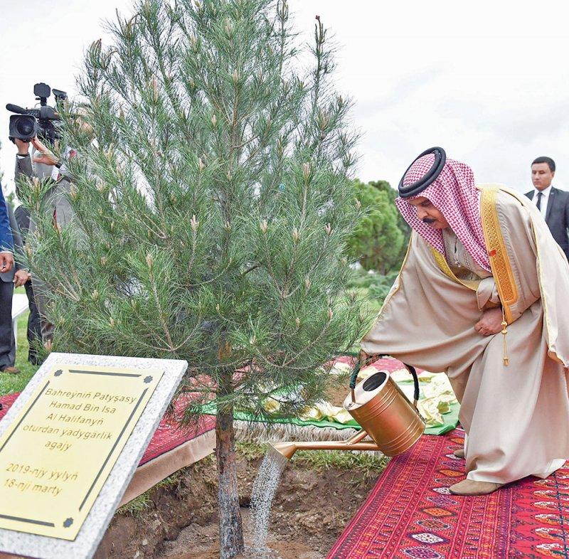 جلالة الملك يزور ضريح رئيس تركمانستان السابق ومسجد تركمان باشا