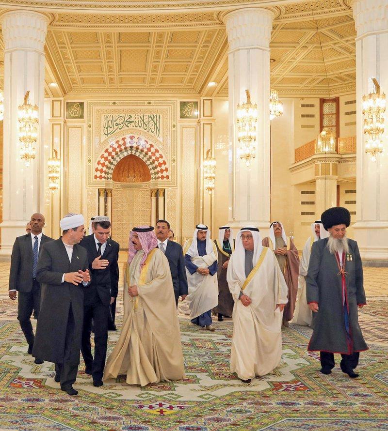 جلالة الملك يزور برج الاستقلال ويغرس شجرة البحرين