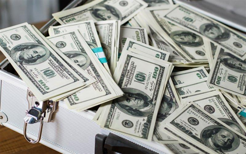 شاب يجد نصف مليون دولار ويعيدها
