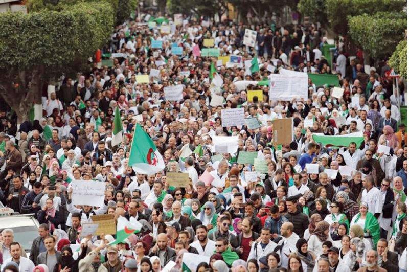 """بوتفليقة """"وحيدا"""" في مواجهة الاحتجاجات"""