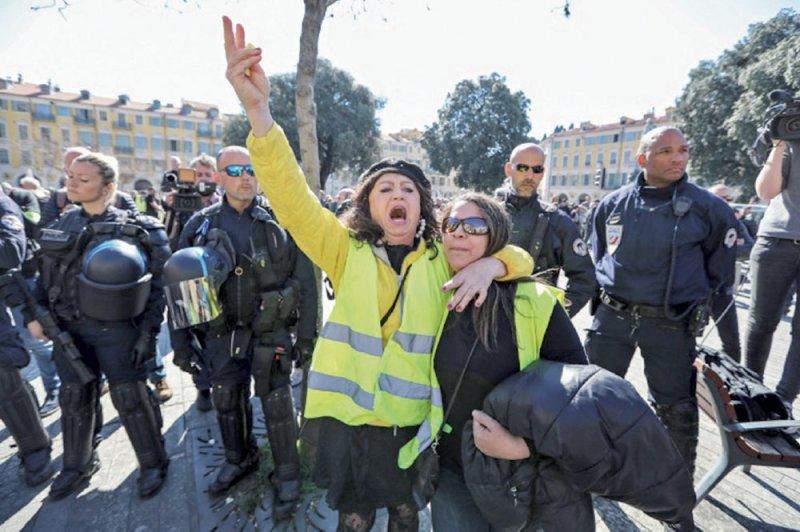 الجيش ينضم للشرطة لمنع الاضطرابات