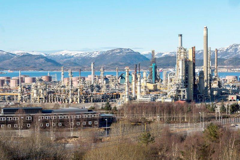 النفط ينخفض لزيادة مفاجئة بالمخزونات الأميركية